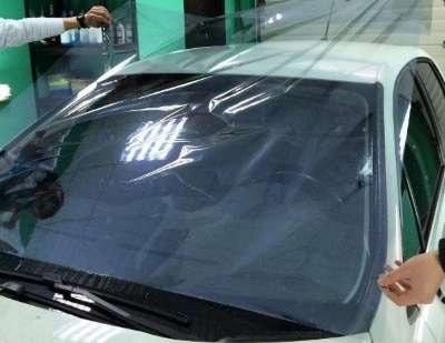 Фото процесса тонирования лобового стекла